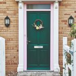 Zelené vchodové dvere na anglickom dome