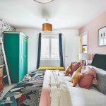 Spálňa s kvetinovou tapetou a zelenou skriňou