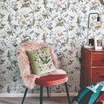 Kvetinová tapeta stolička s kožušinkou