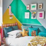 Posteľ v detskej izbe s farebnou stenou