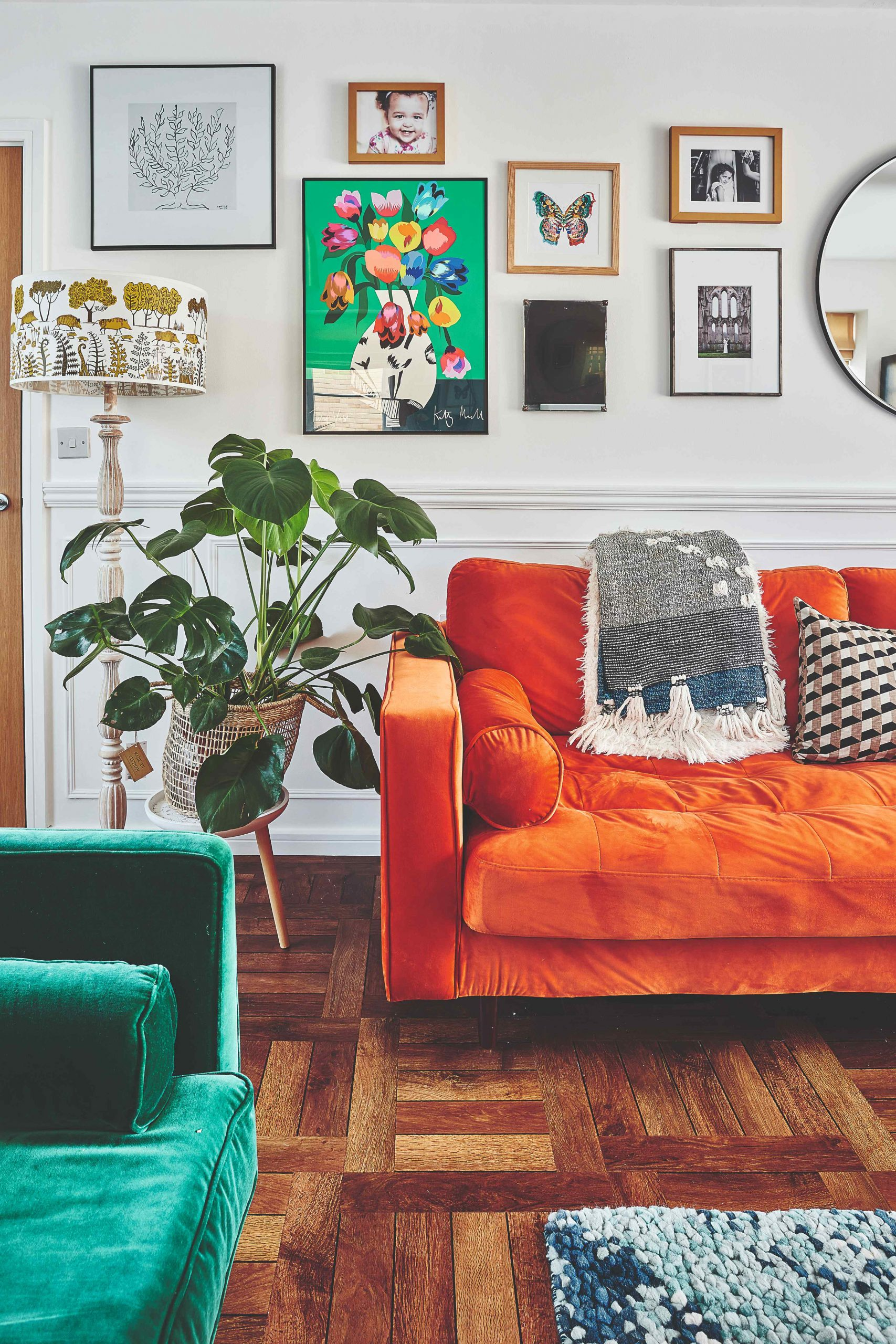 Kút obývačky so zeleným a oranžovým gaučom