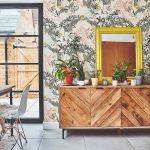 Drevená komoda a kvetinová stena