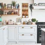 Biela kuchyňa s poličkami plnými flaštičiek