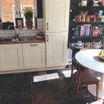 Pôvodná kuchyňa s bielou linkou a tmvou podlahou