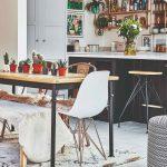 Jedálenský stôl s kaktusmi a linka v pozadí