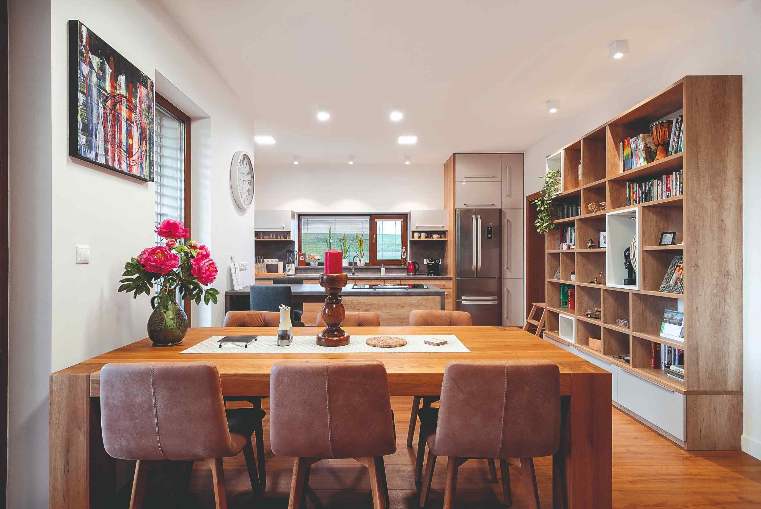 Jedáleň s tapacírovanými stoličkami a knižnica