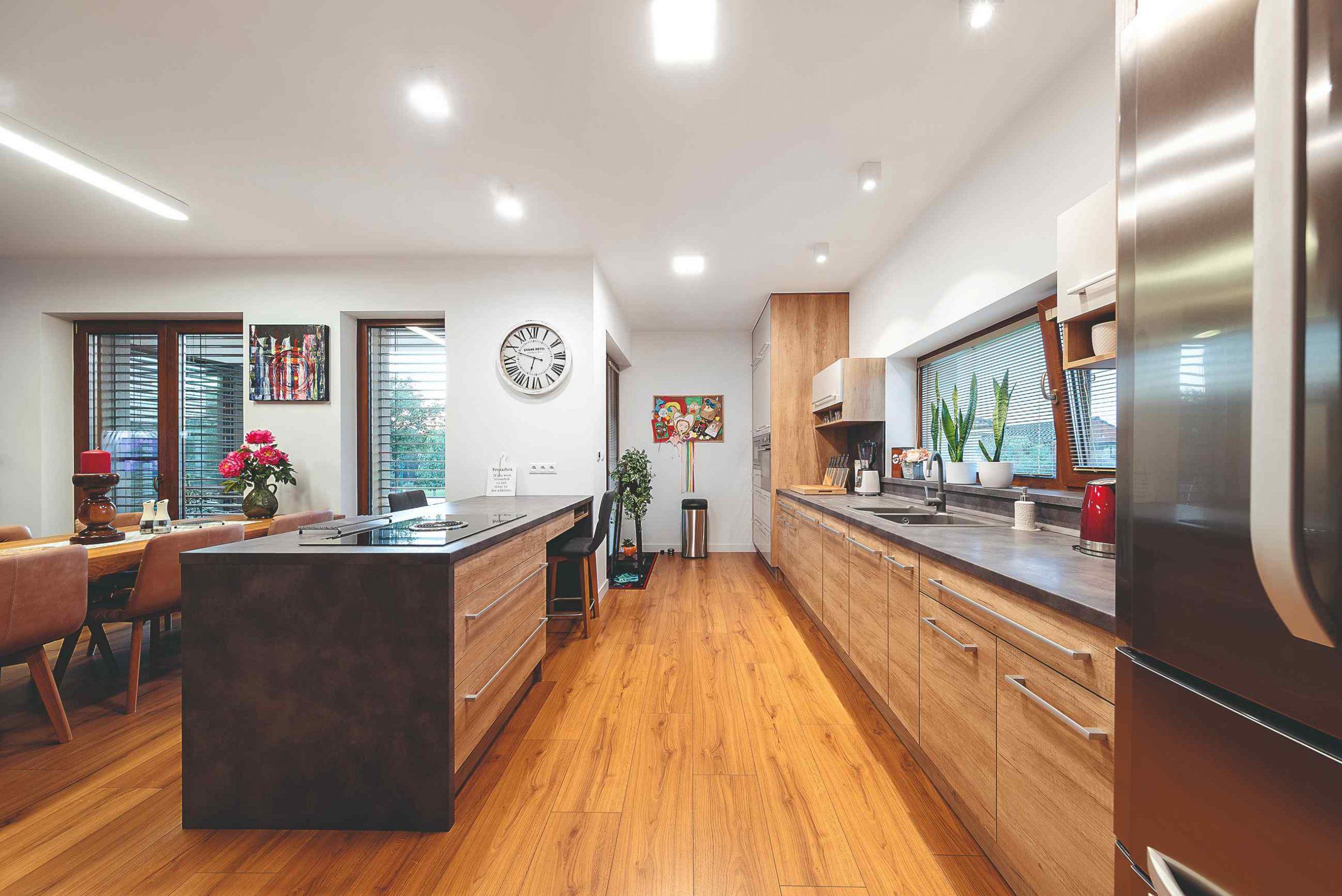 Veľká kuchyňa s linkou s dreveným vzorom