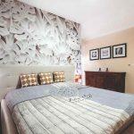 Spálňa s tapetou so vzorom bielych listov