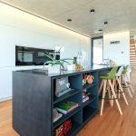 Čierny ostrov v kuchyni s úložným priestorom