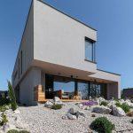 Rodinný dom geometrických tvarov so skalkou