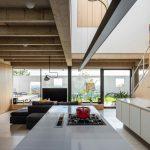 Kuchyňa s výhľadom na obývačku a záhradu