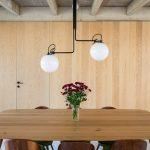 Veľký jedálenský stôl s dizajnovým lustrom