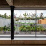Presklená stena v dome a výhľad do záhrady