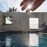 Bazén obohnaný múrom s otvormi
