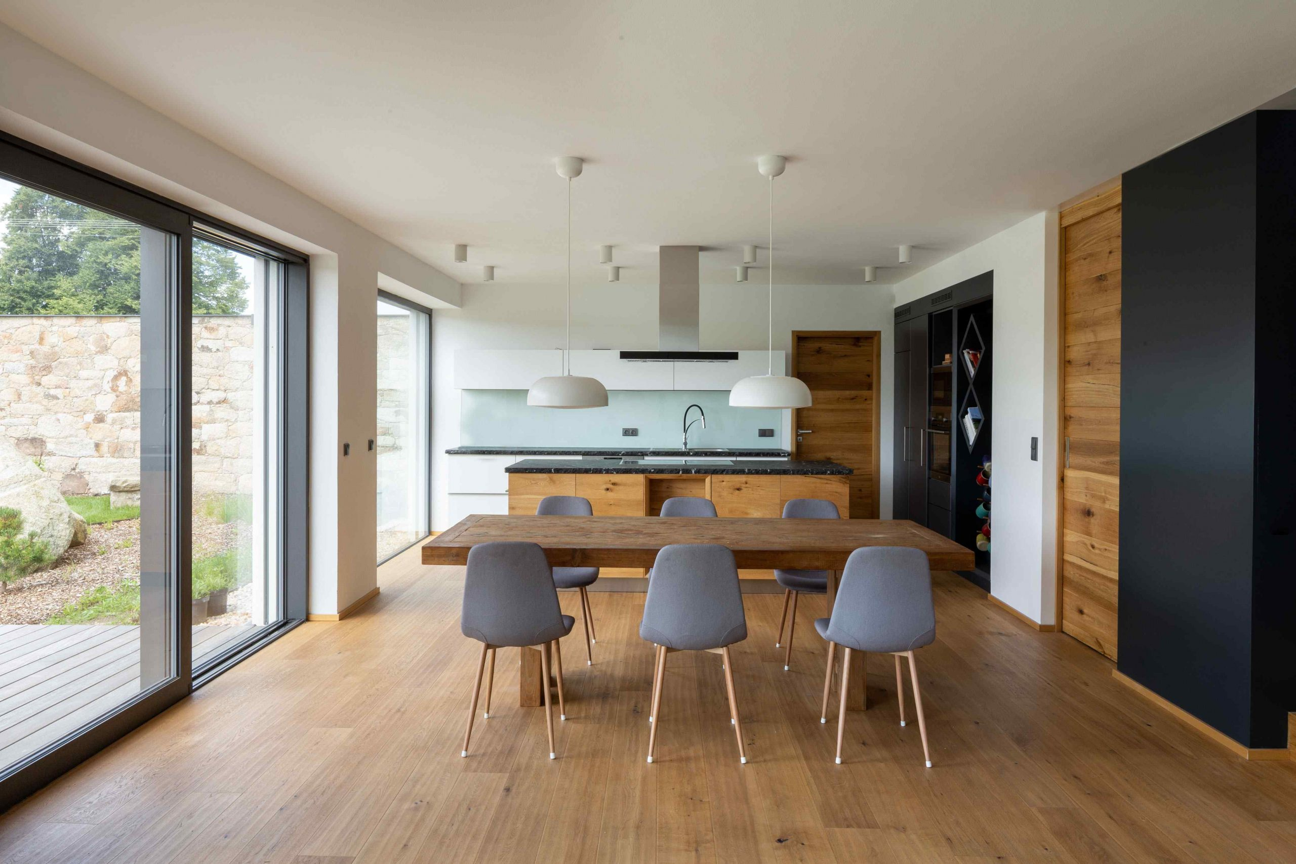Kuchyňa s jedálňou a presklenou časťou na terasu