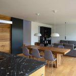 Obývačka a jedáleň v sivej a hnedej