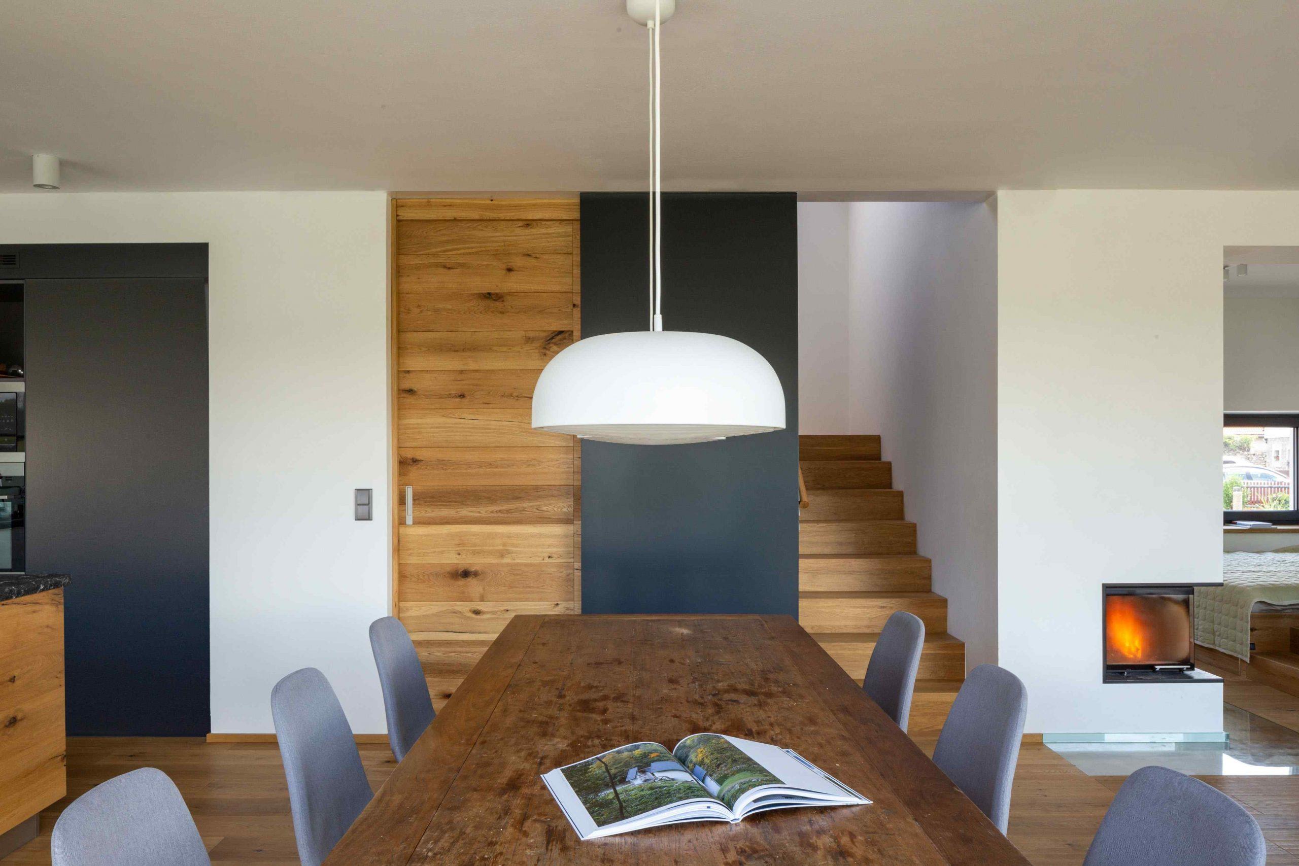 Jedáleň s dreveným stolom a svietidlom