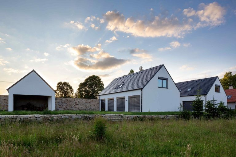 Moderná víkendová usadlosť nadviazala na tradičnú ľudovú architektúru