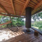 Interiér stromodomu s ohniskom a dizajnovými stoličkami