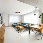 Obývačka s tyrkysovým gaučoma žltými stoličkami
