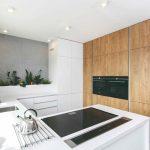 Drevená linka v bielej kuchyni