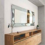Zrkadlo nad dlhou drevenou komodou