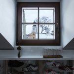 Výhľad na historický kostol z malého podkrovného okna