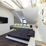 Podkrovná spálňa s dizajnovými svietidlami
