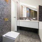 Moderná kúpeľňa so sivou mozaikou