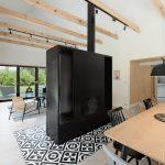Jedáleň a obývačka predelená veľkým krbom