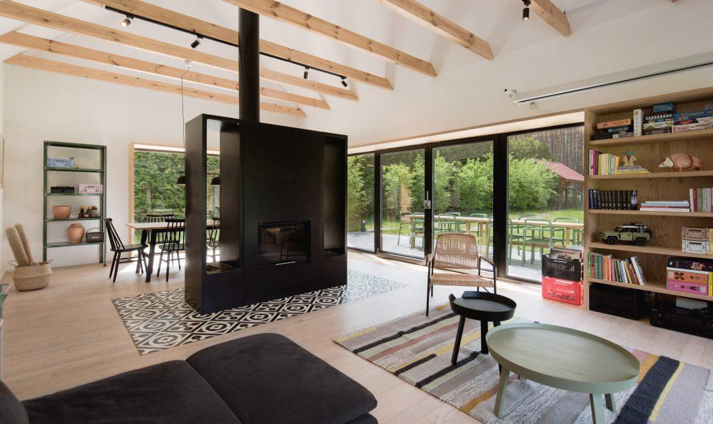 Zo skromnej lesníckej chatky vyrástla moderná chata pre rodinu
