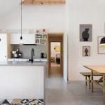 Biela kuchyňa s betónovou dlažbou