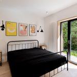 Spálňa s čiernou posteľou