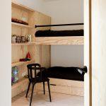 Poschodová posteľ z preglejky a čierne detaily