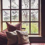 útulný kútik pri okne