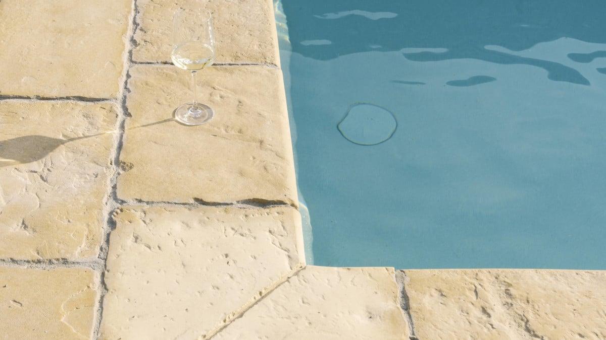 Svetlá dlažba pri bazéne