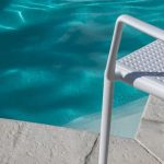Plážová stolička pri bazéne