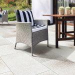 Granit béžová dlažba na terase s ratanovým kreslom