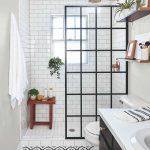Úzka kúpeľňa so sprchovacím kútom
