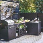 Čierna zostava v letnej kuchyni