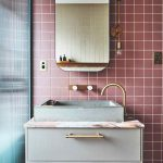 Hranaté umývadlo s ružovým i kachličkami a zrkadlom