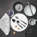 Čierny príbor na bielom tanieri
