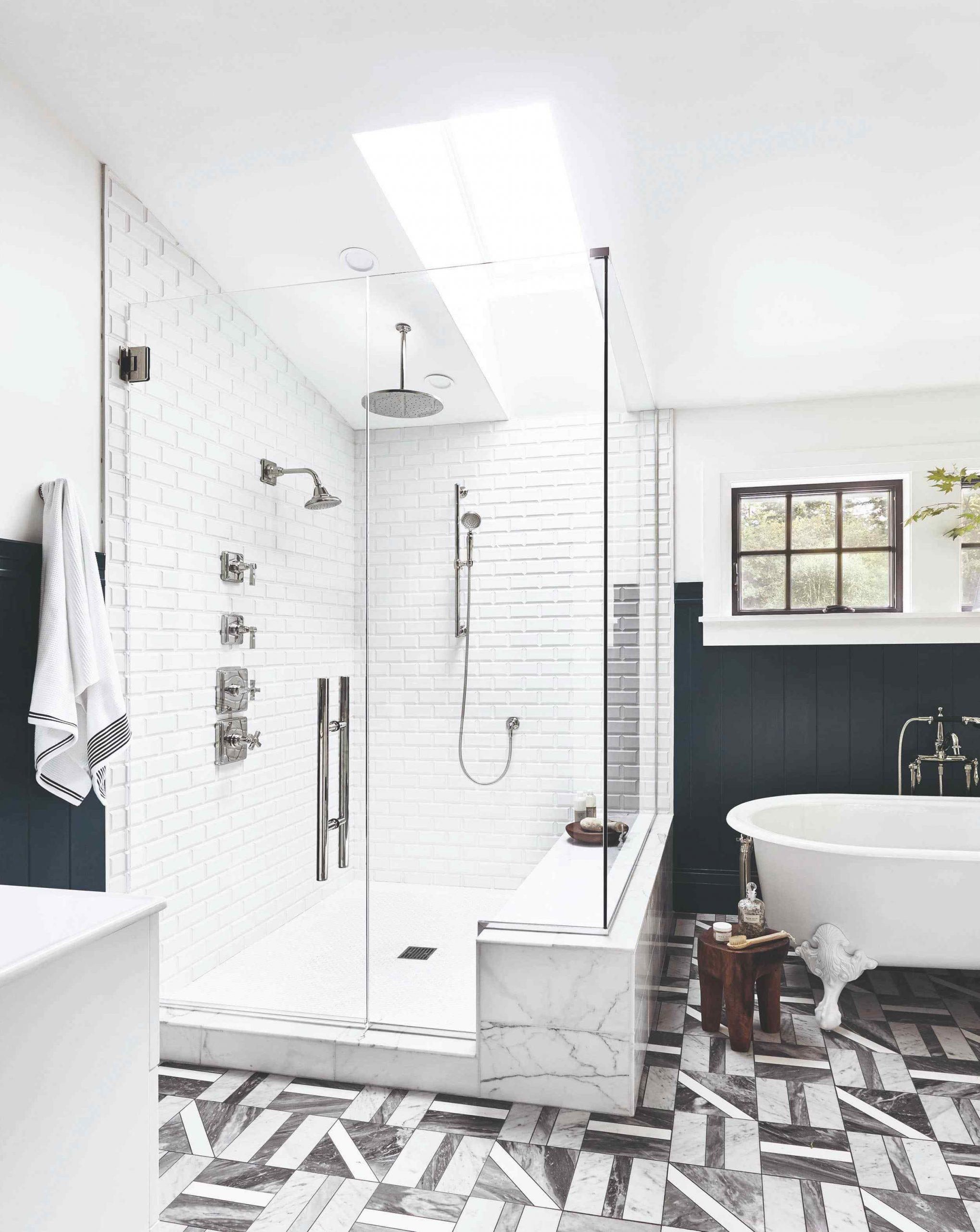 Veľký biely sprchovací kút v kúpeľni