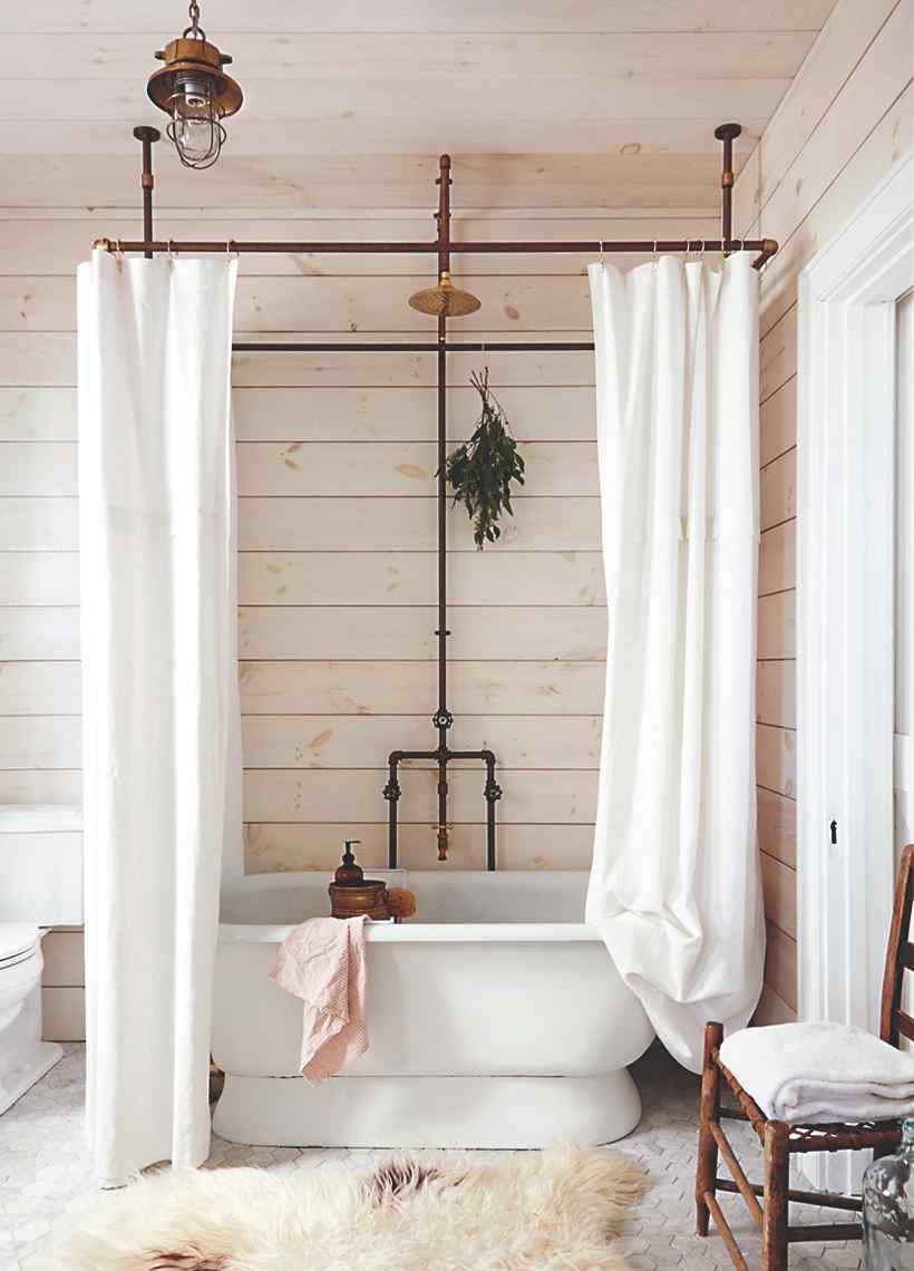 Rustikálna kúpeľňa s voľne stojacou vaňou