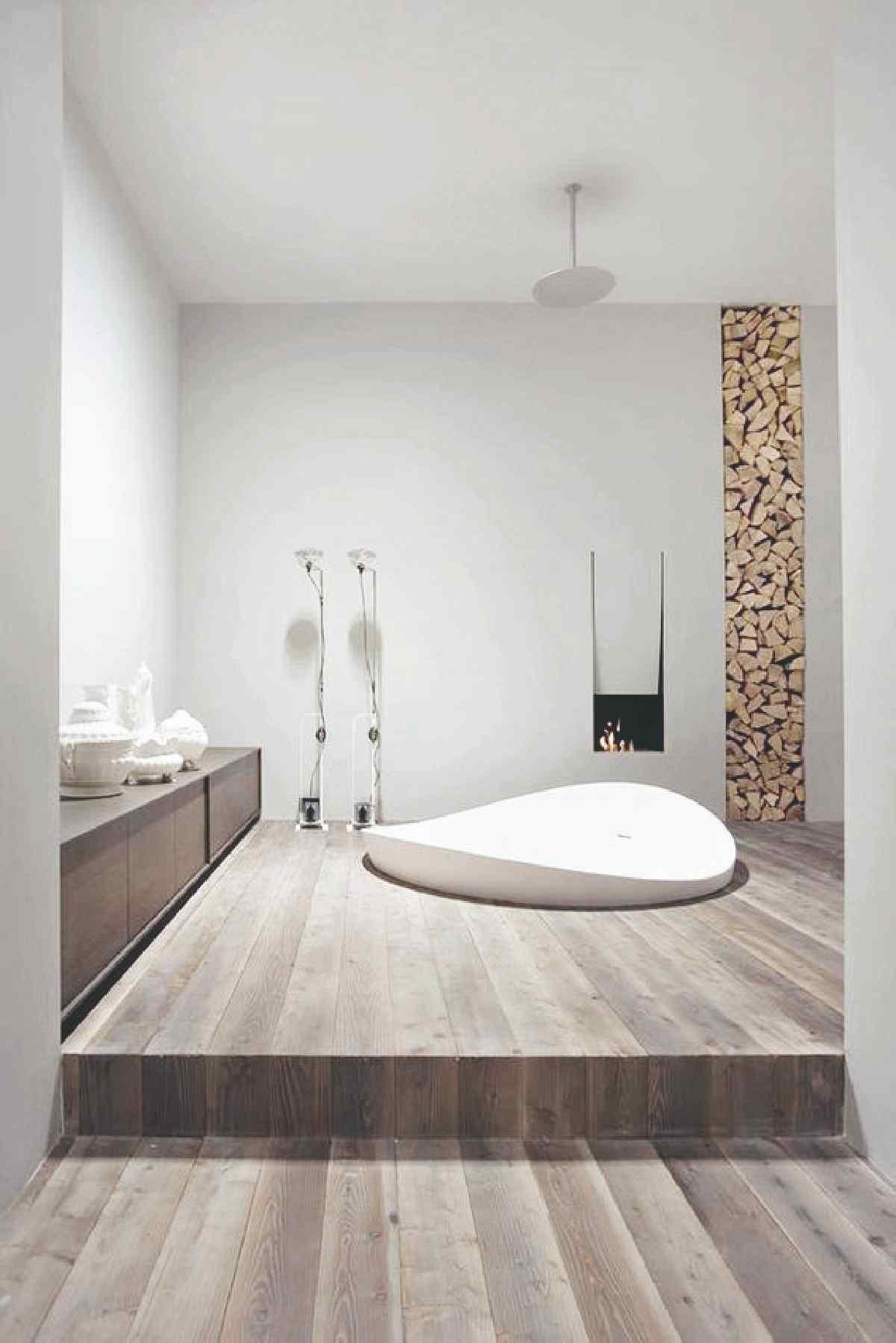 Moderná kúpeľňa so zapustenou vaňou