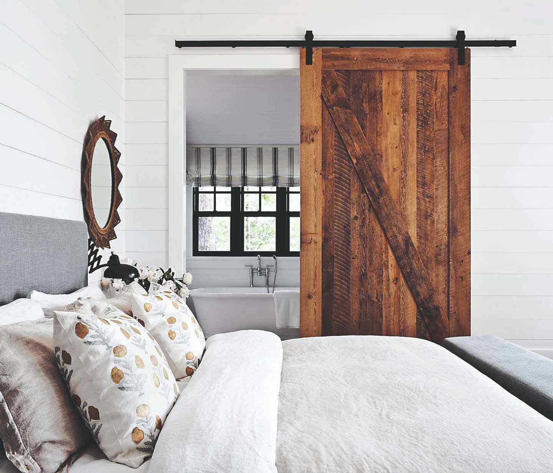 Drevené dvere na koľajničkách v spálni