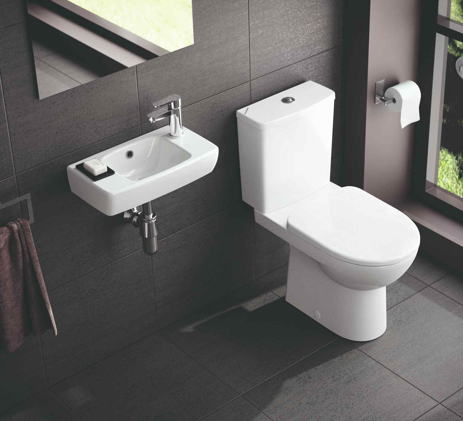 Čierna toaleta s malým umývadielkom