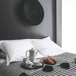 čiernobiela spálňa a raňajky na perine
