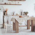 Vidiecka jedáleň s masívnym stolom