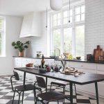 Biela kuchyňa so šachovnicovou dlažbou